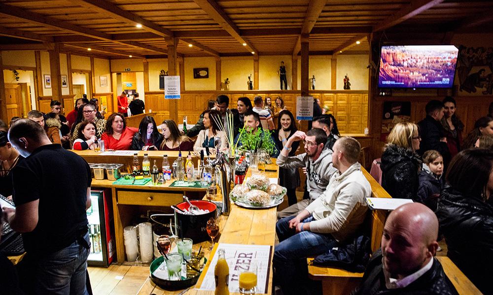 Bowling - Csapatépítő bulik Monor, céges rendezvény Monor, esküvő Monor, szilveszter Monor, bowling Monor, fallabda Monor, rendezvény helyszín Monor, születésnap helyszín Monor