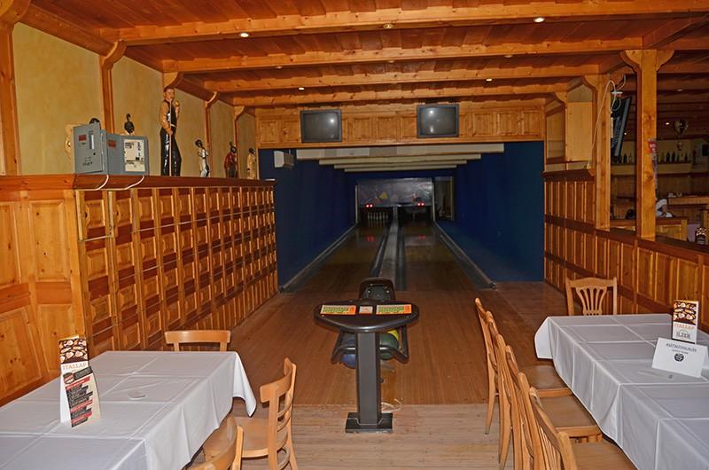 Bowlingpálya, bowling klub Monor - Csapatépítő bulik Monor, céges rendezvény Monor, esküvő Monor, szilveszter Monor, bowling Monor, fallabda Monor, rendezvény helyszín Monor, születésnap helyszín Monor